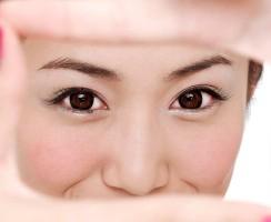 Czy mikroalgi pomogą? Krem pod oczy Age Fitness Eye Advanced od Biotherm Homme.
