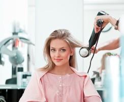Czy farbowanie, prostowanie i robienie loków niszczą włosy?