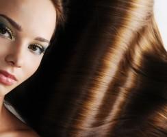 Ochrona włosów farbowanych. Jak bezpiecznie się opalać?